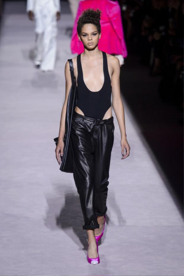 Vẫn là những kiểu bodysuit khoét cao quá hông và khoác sâu quá ngực nhưng nét kín đáo, tế nhị vẫn được đặc lên hàng đầu bởi những mẫu quần phối cùng.