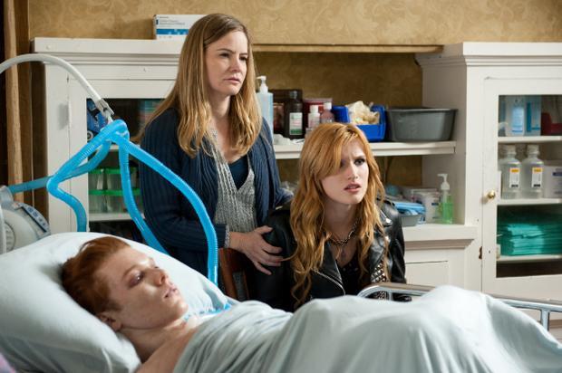 Belle cùng mẹ và anh trai song sinh James.