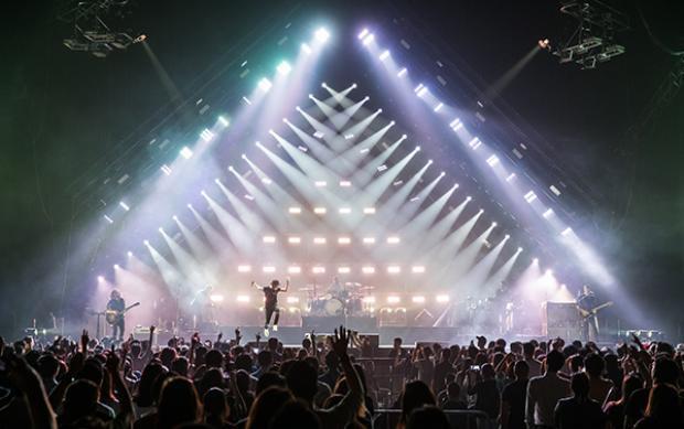 Trong concert đặc biệt này, không thể thiếu bản hit Counting Stars khiến khán giả xúc động.