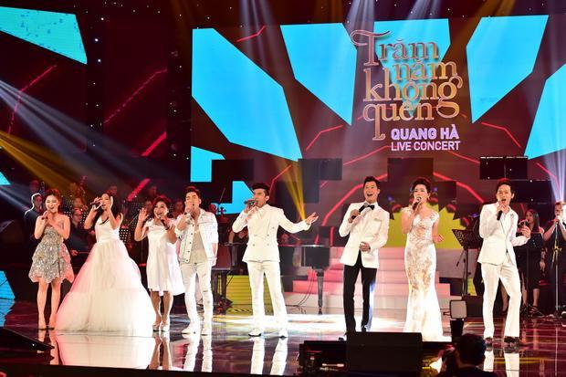 Tiết mục mở màn 17 phút mang ý nghĩa kỷ niệm 17 năm ca hát của Quang Hà qua sự góp giọng của chủ nhân đêm nhạc cùng tất cả các khách mời đã tạo ấn tượng mạnh với những ai đang có mặt trong khán phòng.