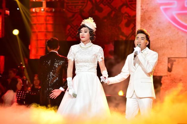 Hoài Linh giả gái trong trang phục cô dâu.