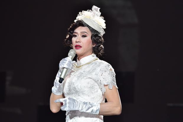Ở tiết mục này, danh hài Hoài Linh cũng chia sẻ rằng đây là lần đầu tiên anh giả gái mà không phải để diễn hài. Khi đứng cùng Quang Hà và các ca sĩ khác, dù dày dặn kinh nghiệm sân khấu nhưng anh vẫn cảm thấy run trong vai trò ca sĩ.
