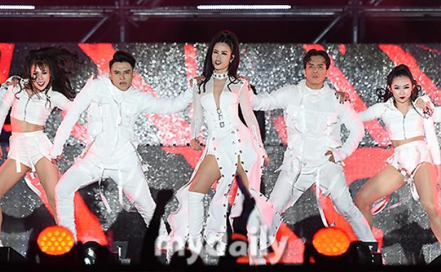 Báo Hàn khen ngợi màn trình diễn của Đông Nhi tại ASF 2017: Sexy phải như thế này