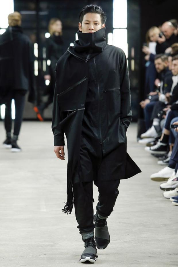 Một thiết kế trong BST Thu Đông 2016 của Yohji Yamqmoto, đi cùng giày Y3 - adidas.