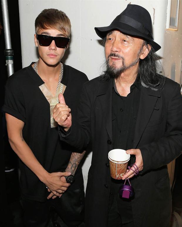 Đến anh chàng Justin Bieber, đều đang diện những thiết kế của Yohji Yamamoto.