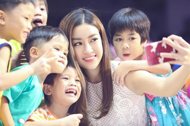 Hoa hậu Mỹ Linh, Á hậu Thanh Tú rạng rỡ hoá 'chị Hằng' đón trung thu sớm cùng trẻ em hoàn cảnh khó khăn