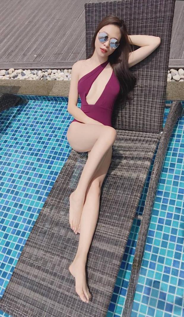 Trang phục bikini giúp người mặc phô diễn hình thể nóng bỏng cùng đường cong hình chữ S của mình, đơn cử là bộ monokini đơn sắc này.