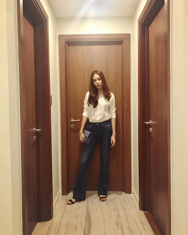 Với thân hình gợi cảm, jeans ôm ống loe giúp vóc dáng của Đàm Thu Trang càng cuốn hút hơn. Việc kết hợp túiclutch tạo nên tổng thể hút mắt.