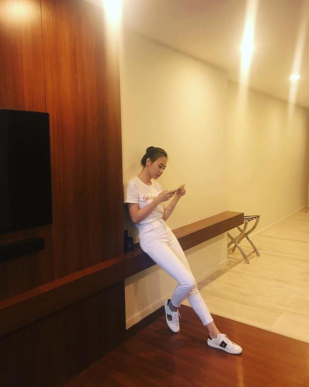 Dù có diện ton-sur-ton trắng tinh thì Thu Trang vẫn nổi bật theo cách riêng với kiểu tóc búi cao khoe trọn đường nét gương mặt thanh thoát.