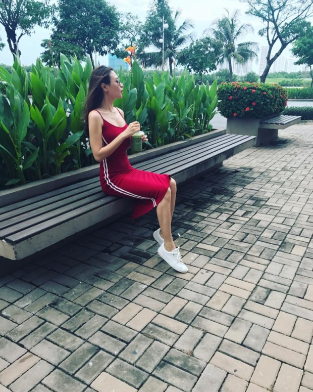 """Đổi gu với style sporty-chic, Đàm Thu Trang gợi cảm """"hết nấc"""" cùng đầm ôm body và tông màu đỏ."""