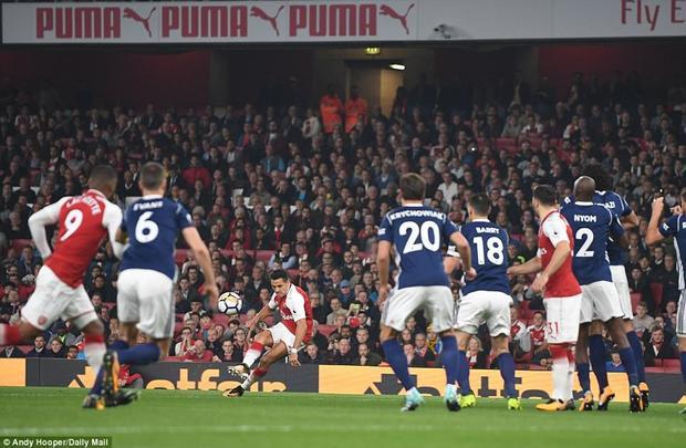 Tuy nhiên, Alexis Sanchez mới là cầu thủ khơi nguồn cho chiến thắng của Arsenal. Dù không ghi bàn nào nhưng tiền đạo người Chile luôn là đầu tàu trong mọi pha lên bóng của pháo thủ.