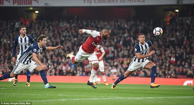 Phút 21, cũng chính nhờ cú sút dội xà của Alexis Sanchez mà Alexandre Lacazette có cơ hội đánh đầu bồi mở tỷ số cho Arsenal.