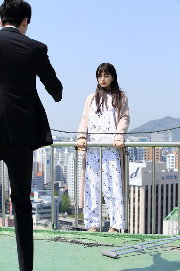Jung Jae Chan (do Lee Jong Suk thủ vai) cố gắng khuyên nhủ Nam Hong Joo (Suzy) không nên làm chuyện dại dột.