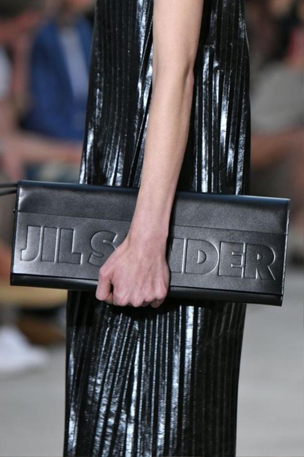 Mẫu túi da theo form dáng hình học này đến từ nhà mốt Jil Sander.