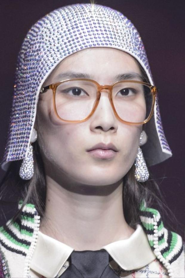 Và Gucci đều sử dụng mắt kính bản to, nhưng mang vào đó cái nhìn thanh lịch, tinh tế.