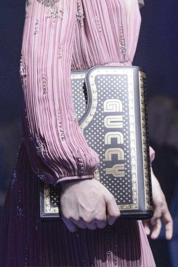 Gucci đem đến cách cầm túi mới mẻ, cùng thiết kế bằng da, phối hai gam màu, đen, ánh đồng sang trọng.