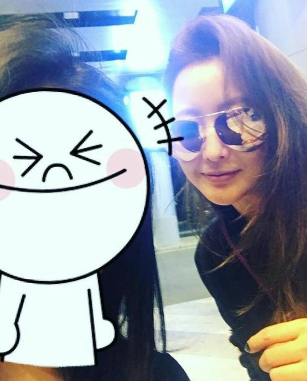 Một fan Việt may mắn chụp ảnh cùng Kim Hee Sun. (Ảnh: Ngọc Anh/ Fanpage FC Kim Hee Sun VN).