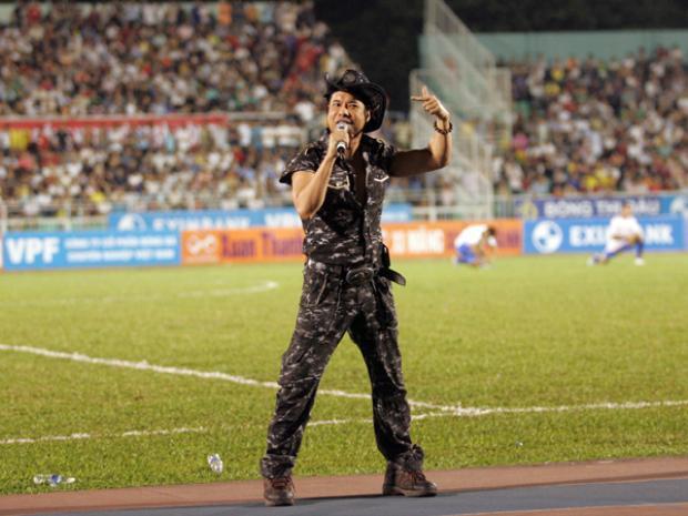 Sân Thống Nhất từng vỡ sân khi ca sỹ Ngọc Sơn xuất hiện biểu diễn trước mỗi trận đấu.