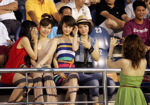 Hình ảnh người đẹp xuất hiện trên sân bóng đá càng tô điểm thêm sức hấp dẫn của môn thể thao vua.
