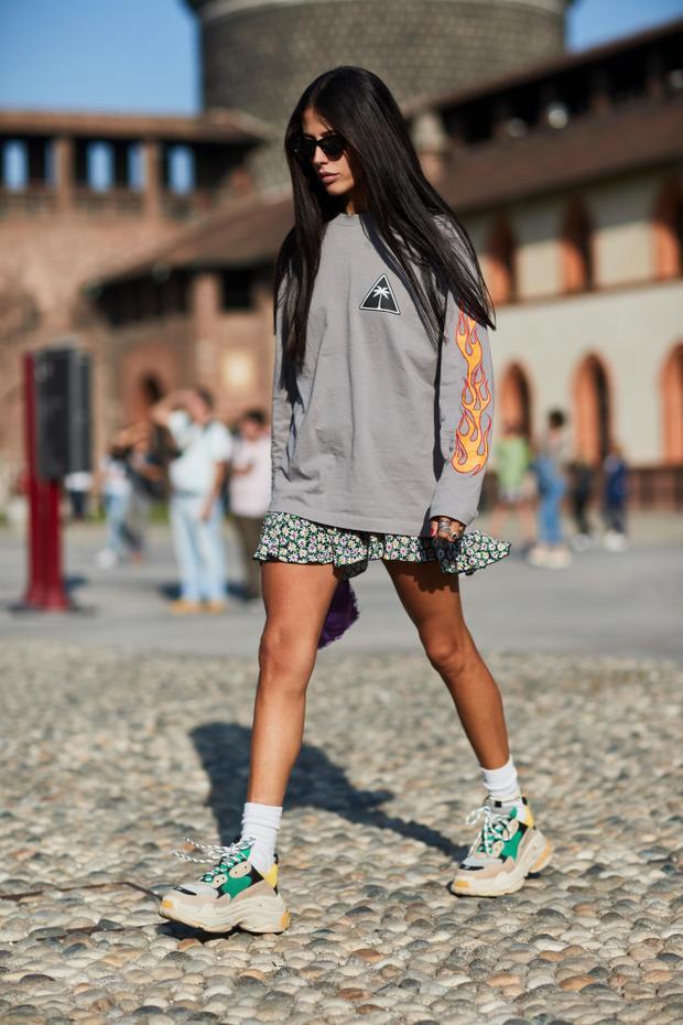 Không chỉ tạo điểm nhấn cho set đồ bằng gam màu trung tính, tín đồ thời trang trong ảnh còn chứng tỏ khả năng nắm bắt xu hướng nhanh nhạy khi diện Balenciaga Triple S - một trong những xu hướngđang làm sóng làm gió trong cộng đồng giày.
