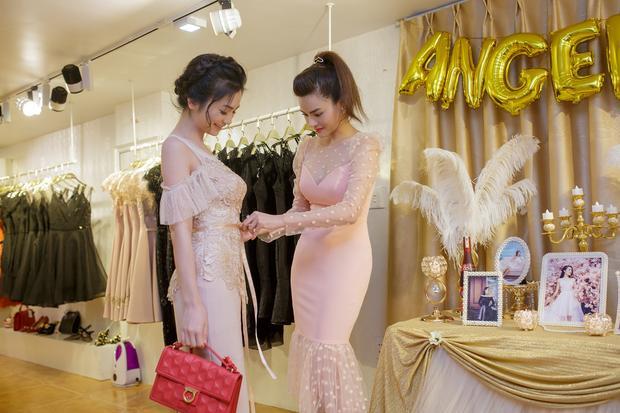 Nữ diễn viên Diệu Hương rất thích thú với những thiết kế mới của bạn mình và đã bỏ tiền mua hết 16 mẫu trong bộ sưu tập mới.