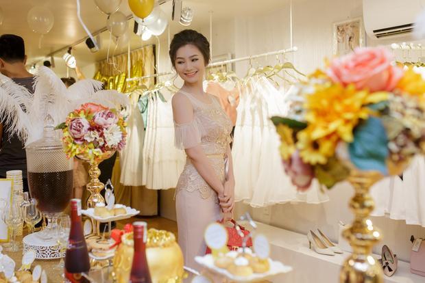 Diệu Hương rạng rỡ tới chúc mừng bạn thân 20 năm Vũ Thu Phương lên chức bà chủ