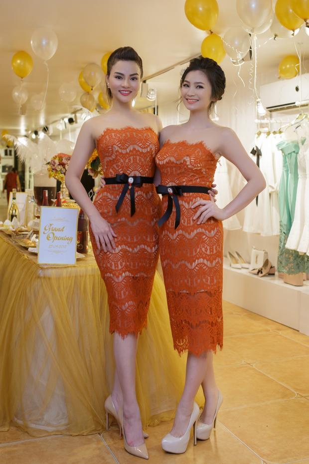 Diệu Hương tỏ ra thích thú khi được chính bạn thân mình chọn lựa những trang phục mới nhất của bộ sưu tập mùa thu.Diện đồ đôi, Diệu Hương - Vũ Thu Phương trông giống như hai chị em song sinh.