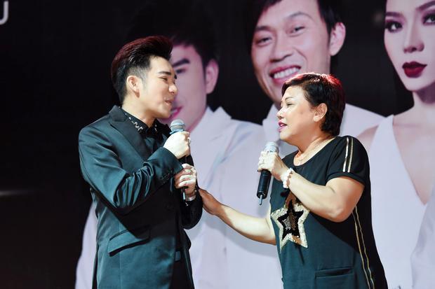 """Ca sĩ Siu Black cho biết mình rất thích thú khi hát cùng Quang Hà, người mà chị xem như em trai. Nhưng khi hát song ca thì nữ ca sĩ luôn xem Quang Hà như người """"đàn ông"""" của mình."""