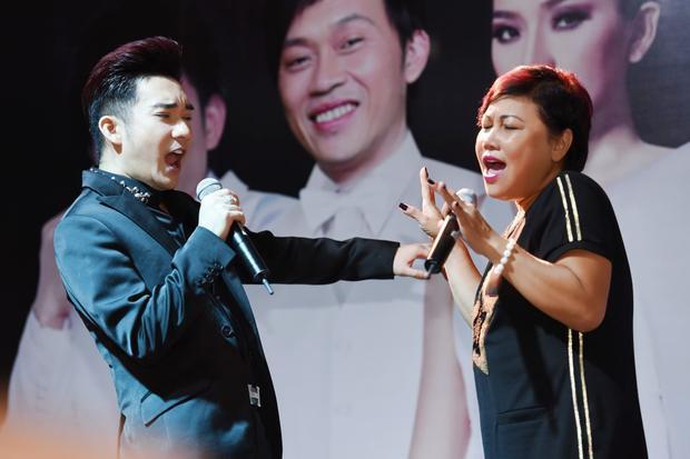 Nữ ca sĩ núi rừng Tây Nguyên không ngớt lời khen đàn em khi một mình có thể hát liên tục 30 ca khúc trong đêm diễn tại TP HCM.