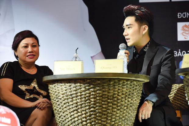 Bên cạnh đó, Quang Hà còn thuộc hết những ca khúc hít của các khách mời khi song ca cùng nhau.