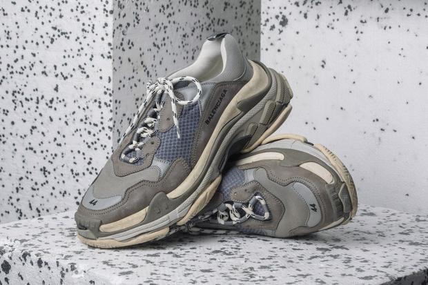 """Phần đế Balenciaga Triple S """"Grey""""được bọc nhiều lớp da dê, còn thân giày kết hợp vải lưới với da lộn cao cấp."""
