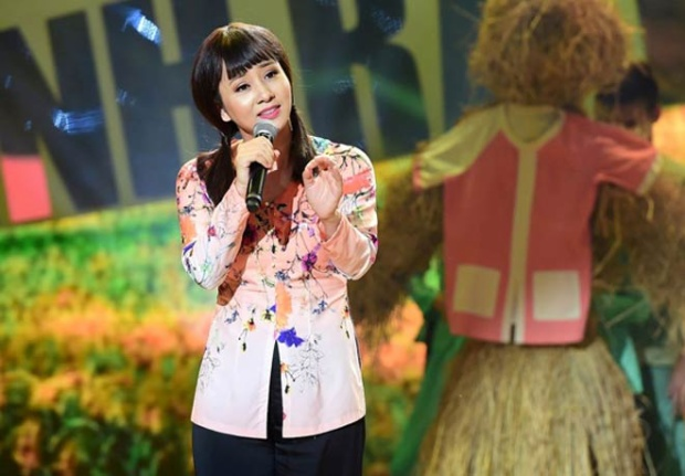 """Không những vậy, ngoài tài năng thể thao, Thúy Hiền còn thường xuyên xuất hiện trong các chương trình giải trí nhờ gương mặt xinh đẹp, sáng sân khấu. Thúy Hiền từng tham gia một số phim điện ảnh, từng làm ca sĩ. Mới nhất, hình ảnh """"nữ hoàng Wushu"""" Việt Nam mặc áo bà ba hát """"chiếc áo bà ba"""" theo giọng miền Nam trên một chương trình truyền hình thực tế gây không ít ấn tượng cho khán giả."""