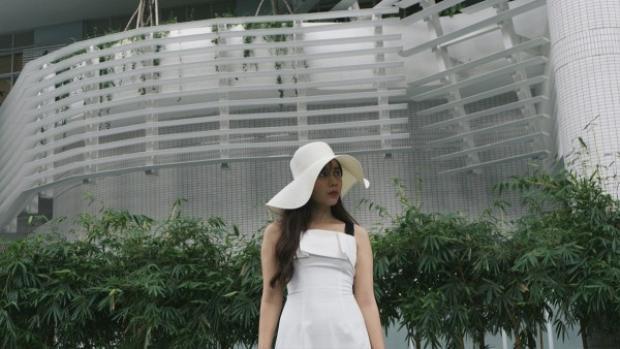"""Những thước phim hơi hướng điện ảnh ghi lại những địa điểm nổi tiếng và quen thuộc của Sài Gòn. Dưới khuôn hình trong MV Lyric của Lưu Hương Giang, khán giả như thấy một bức tranh hoàn toàn mới của thành phố """"quen mà lạ"""" qua một góc nhìn khác."""