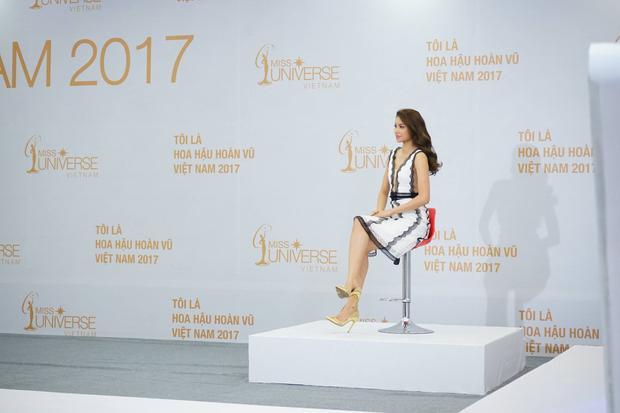 Tại vòng sơ tuyển khu vực phía Bắc của Miss Universe Vietnam 2017, Phạm Hương đầy quyền lực khi đảm nhận vị trí Host.