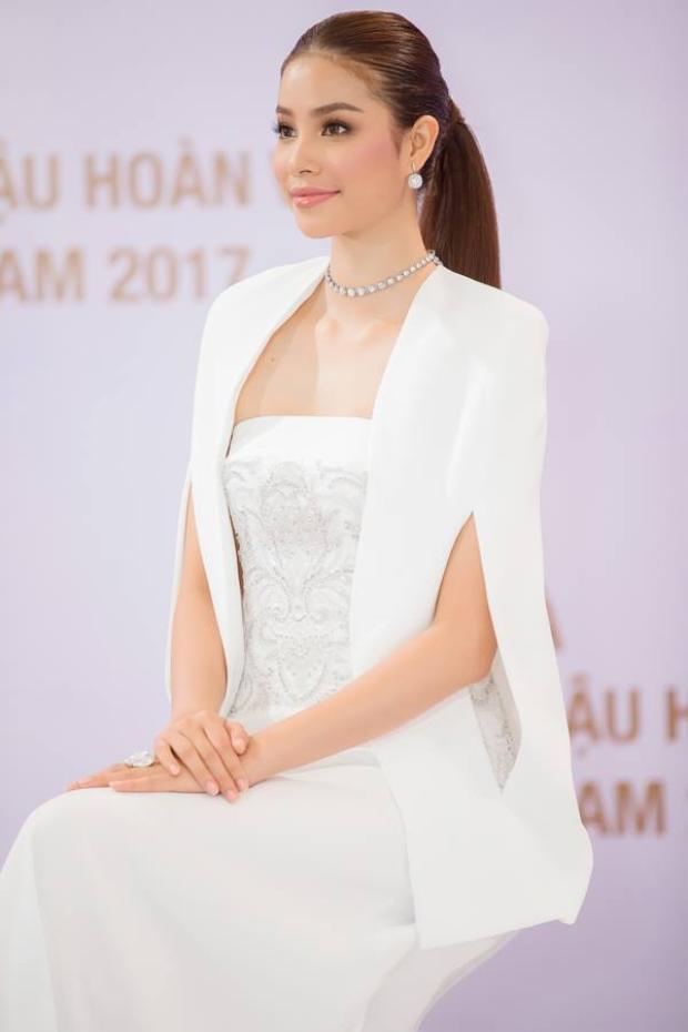 """Vẻ đẹp như tạc tượng của nàng """"Hoa hậu quốc dân"""" khiến nhiều người phải ghen tỵ. Cô chỉ cần ngồi yên một chỗ như vậy thôi cũng đủ toát lên """"khí chất ngời ngời""""."""