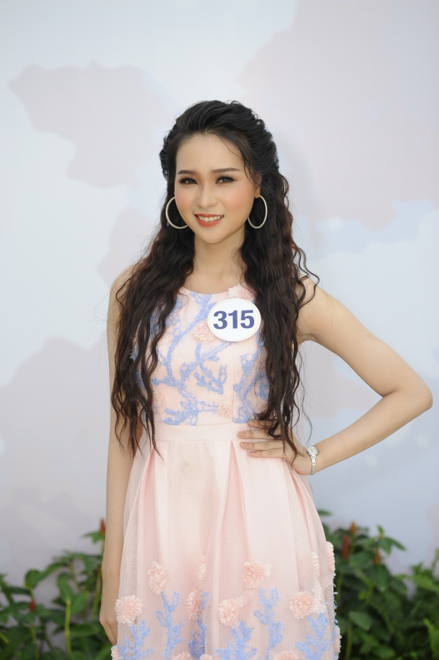 Đỗ Nguyễn Như Huỳnh sở hữu gương mặt phúc hậu và nhẹ nhàng. Người đẹp quê Cà Mau có phong cách thời trang ấn tượng, cùng câu chuyện truyền cảm hứng về đam mê vươn tới danh hiệu Hoa hậu Hoàn vũ Việt Nam 2017.