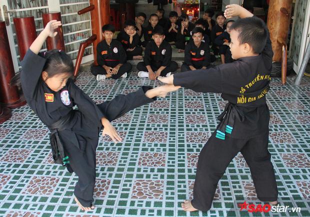 """Ngoài ra, các bài võ tự vệ cũng được Linh thuộc lòng và biểu diễn """"dễ như húp cháo""""."""