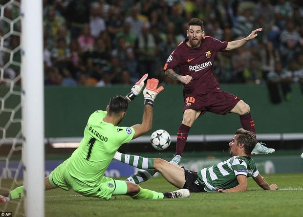 Messi bất lực trước hàng thủ Sporting CP.