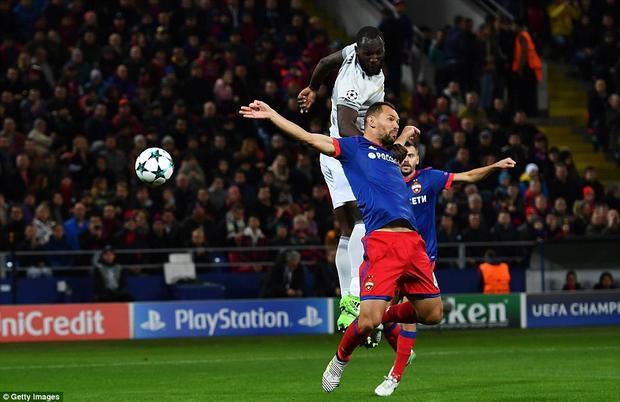 Lukaku (áo trắng) có cho mình một cú đúp trong chiến thắng của MU.