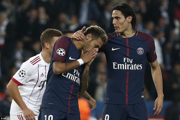 Cùng  hủy diệt Bayern, Neymar và Cavani trao nhau những cử chỉ ân cần