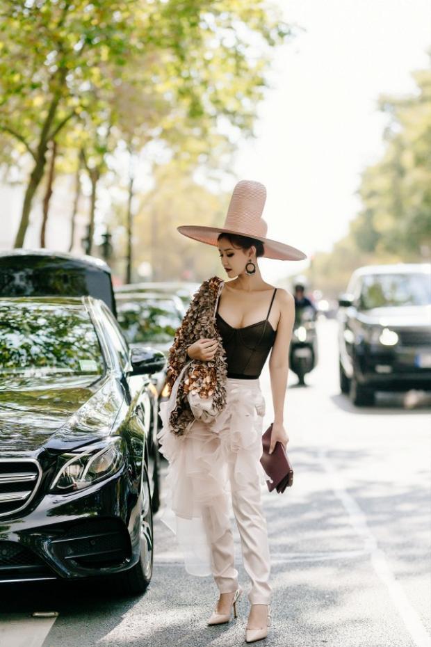 Bộ cánh của Xuân Couture không giúp Maya cải thiện phong cách. Cô tự tin đội chiếc mũ handmade khiến tổng thể thêm rối mắt.