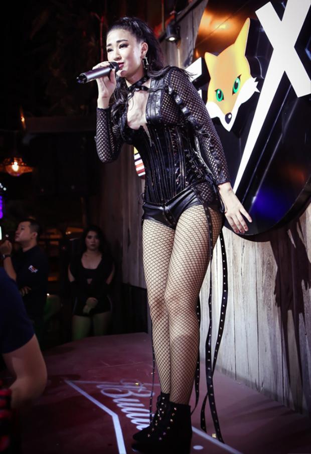 Tại một sự kiện âm nhạc, nữ ca sĩ diện một set đồ kém tinh tế với tông màu đen.