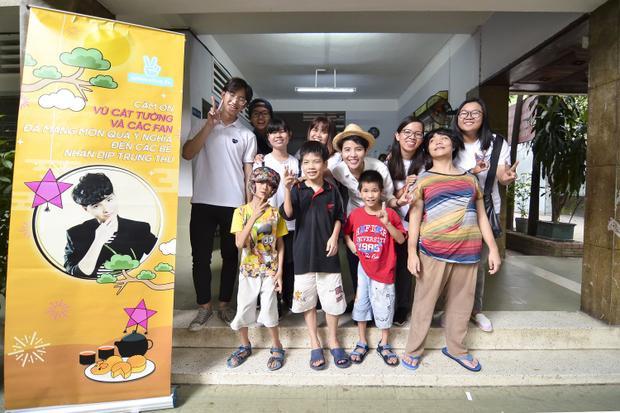Vũ Cát Tường thăm hỏi các em nhỏ tại Trung tâmbảo trợ trẻ tàn tật mồ côi Thị Nghè.