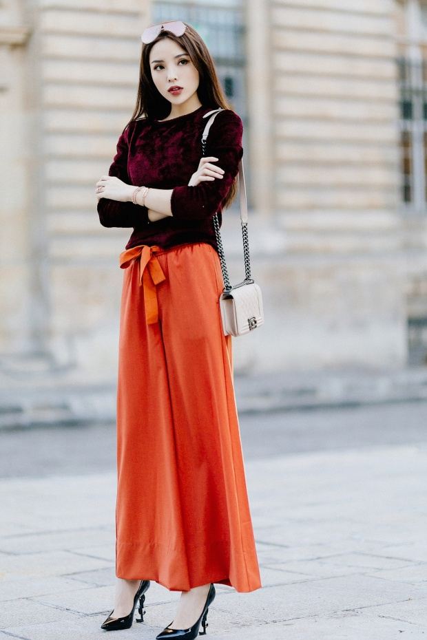Sự kết hợp hoàn hảo của bộ cánh Labels, kính Fendi, giày cao gót Saint Laurentkhiến hoa hậu thật sự toả sáng.