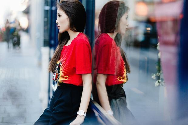 """Trên phố Paris, Kỳ Duyên khoe gu thời trang thời thượng, xứng danh """"fashion icon"""". Xu hướng túi đeo hông của thập niên 1980, 1990 cũng được Kỳ Duyên đón đầu và lăng xê tích cực."""