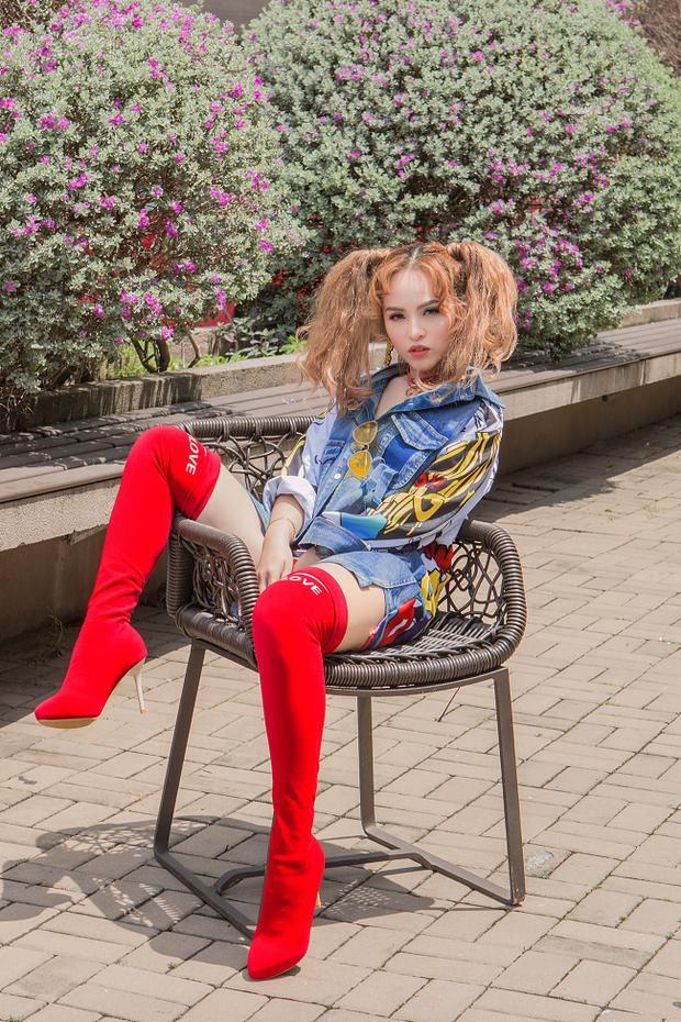 """Dễ thấy trong set đồ dạo phố hằng ngày của Chung Thương luôn có bóng dáng loạt items cực hot, đơn cử là boots cao cổ và chocker. Ton-sur-ton một màu đỏ cuốn hút, nữ ca sĩ """"tạo nét"""" chất lừ."""