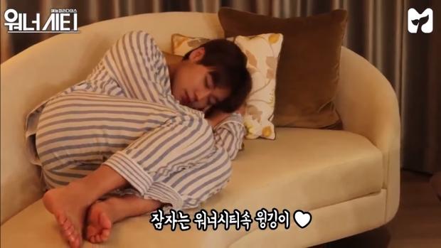 Dáng ngủ đáng yêu của trùm aegyo Ji Hoon.