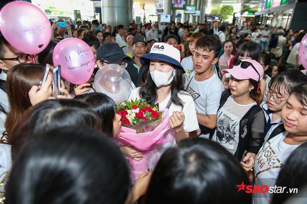 Dù khá mệt sau chuyến bay dài nhưng trước tình cảm của khán giả, giọng ca Xin anh đừng vẫn tranh thủ vài phút để nói chuyện, ký tên và chụp ảnh.