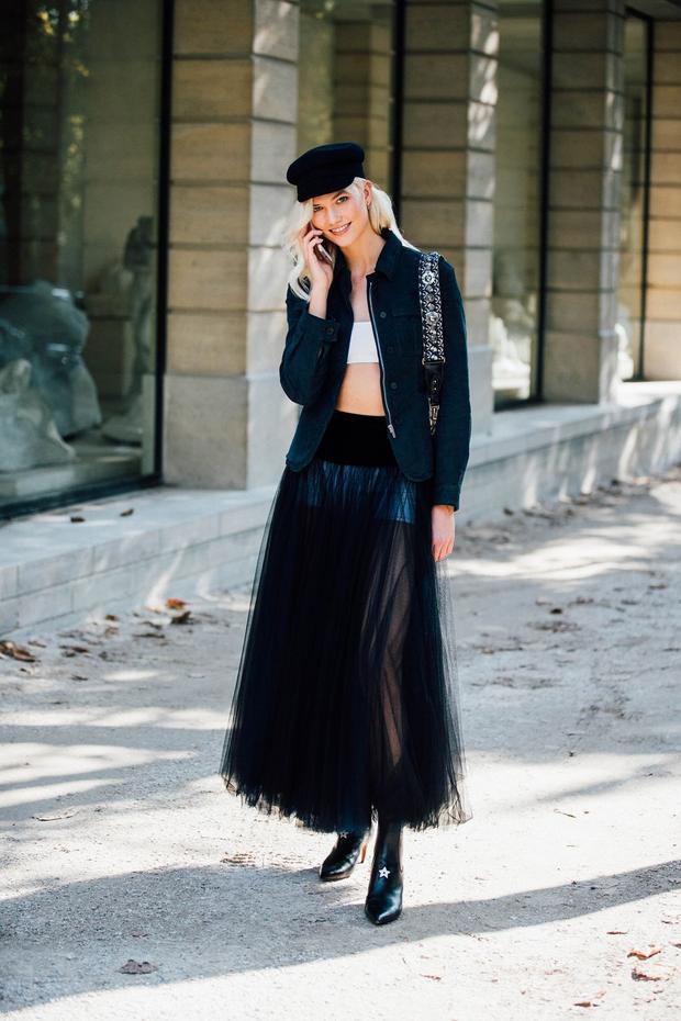 Cá tính, phóng khoáng là tất cả những gì thể hiện qua set đồ này, chiếc áo bra cùng với chân váy xuyên thấu đã biến cô nàng trở nên đầy ấn tượng.