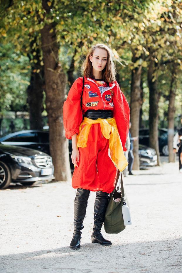 Tín đồ thời trang trong ảnh như muốn chiếm trọn spotlight với set đồ đậm chất thể thao của Dior, phối cùng là đôi boots da tưởng không hợp nhưng lại mang đến nét mới mẻ.